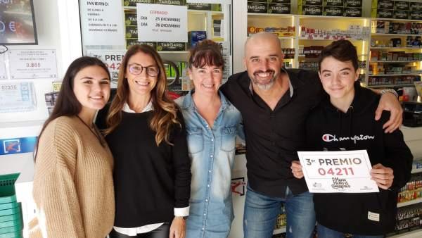 Los propietarios de la administración de Sa Coma, junto a su familia
