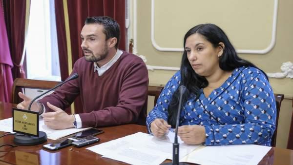 Los concejales de Cádiz Martín Vila y Ana Fernández