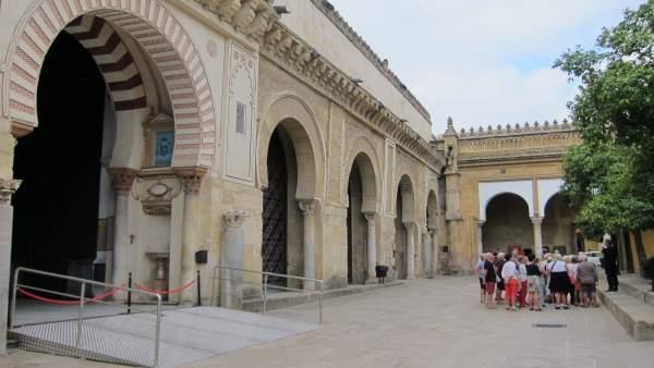 Un grupo de turistas en el Patio de los Naranjos de la Mezquita