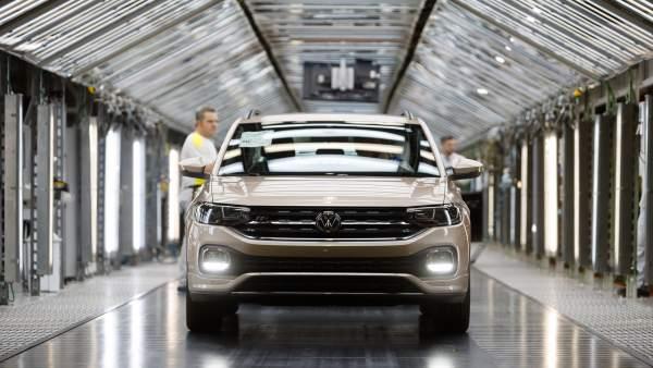 Modelo T-Cross saliendo de la cadena de montaje de VW Navarra