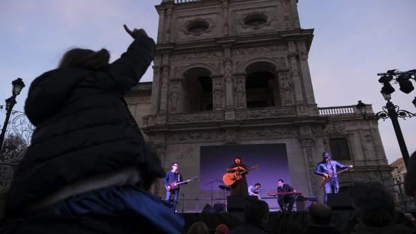 Concierto infantil ante el Arquillo del Ayuntamiento de Sevilla