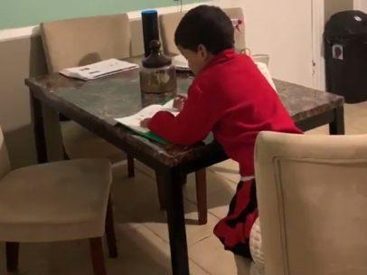 Un niño copia los deberes de Alexa