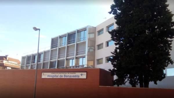 Fachada principal del Hospital Comarcal de Benavente, en Zamora.
