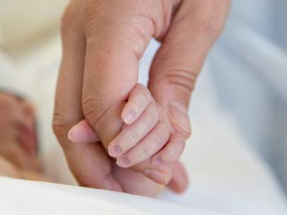 Bebé recién nacido en una imagen de archivo.