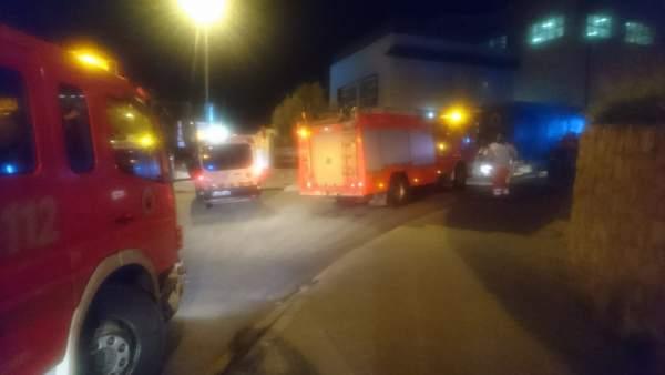 Els usuaris de la residència d'Alzira afectats per l'incendi tornen al centre després d'un examen sanitari
