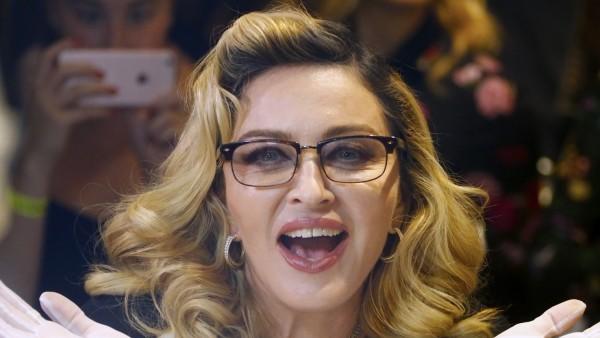 Madonna promocionando su línea de cosméticos