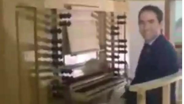 Captura del vídeo donde sale García Egea tocando el himno