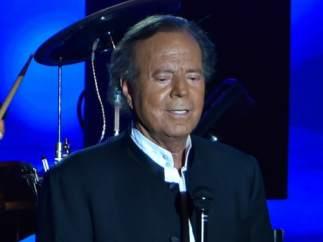 Julio Iglesias durante un concierto
