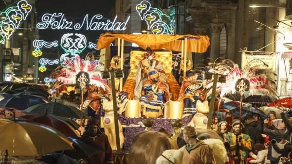 Carrozas De Reyes Magos Fotos.Un Total De 350 Figurantes Y 100 Animales Componen Las 8
