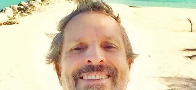 El cantante Miguel Bosé aparece con mejor aspecto en una playa caribeña