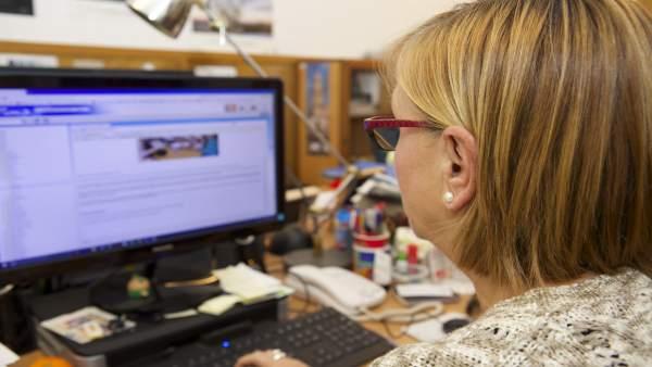 Una trabajadora ante una pantalla de ordenador