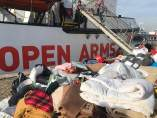 Mantas recogidas ante el barco Open Arms.
