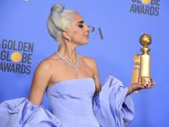 La artista Lady Gaga posa con el Globo de Oro