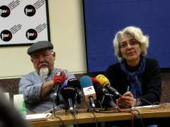 El presidente de la Asociación de Vecinos de Ciutat Meridiana, Filiberto Bravo, y la presidenta de la Federación de Asociaciones de Vecinos de Barcelona (FAVB), Ana Menéndez, en una rueda de prensa.