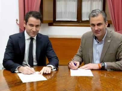 García Egea y Ortega Smith firman un acuerdo sobre la Mesa del Parlamento andaluz