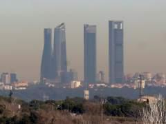 Las Cuatro Torres, bajo una nube de contaminación, el pasado 31 de diciembre.