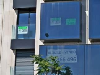Carteles de alquiler y venta de viviendas