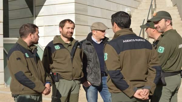 Un grupo de agentes rurales este miércoles en la Audiencia de Lleida