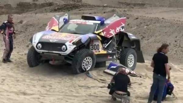 Carlos Sainz y su Mini con la suspensión rota tras el accidente en la etapa  3 ec663a6aea3