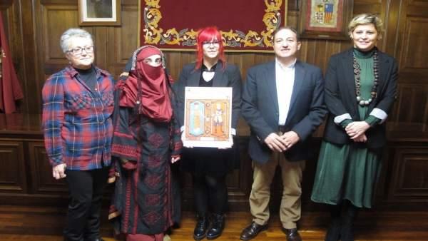 Ganadoras de los concurso de cartel, guión e indumentaria de las Bodas de Isabel