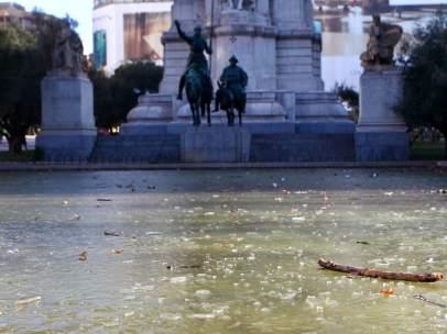 La fuente de Plaza de España (Madrid) helada