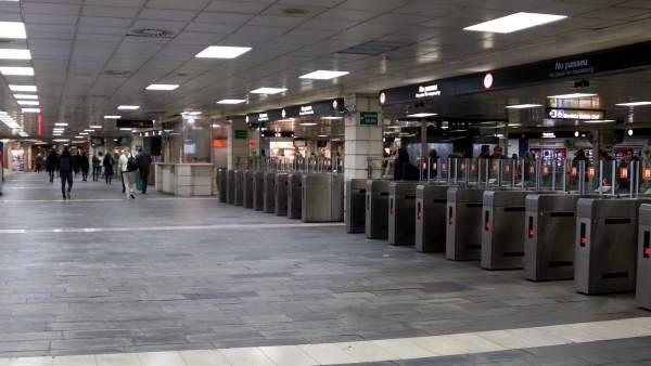 El vestíbulo de la estación de plaza Catalunya del centro de Barcelona sin presencia de manteros tras un operativo policial llevado a cabo por Mossos d'Esquadra y Guàrdia Urbana.