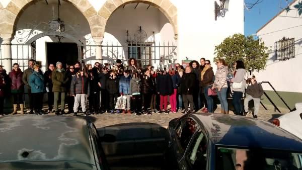 Concentración de familias de alumnos del 'Fernando Feliú' de Gerena