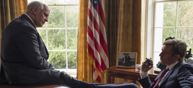 Dick Cheney (Christian Bale) y George W. Bush (Sam Rockwell), impulsores de la guerra de Irak.