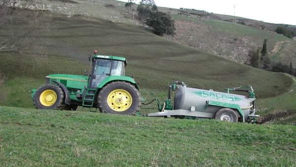 Tractor con depósito para echar fertilizantes