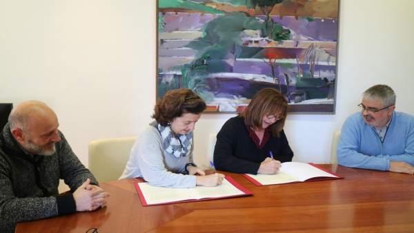 La consellera, F. Santiago; la directora territorial de Fundación IRES, Capellà