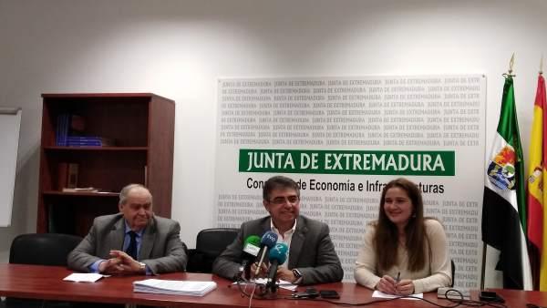 José Rojo, Antonio Ruíz  y Mª Ángeles Costa en la presentación de las ayudas