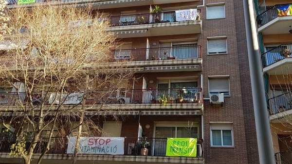Bloc del carrer Independència amb pancartes contra l'alt volum de trànsit i pol·lució.