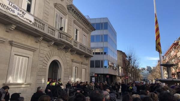 Unas 200 personas guardan un minuto de silencio en Banyoles (Girona)