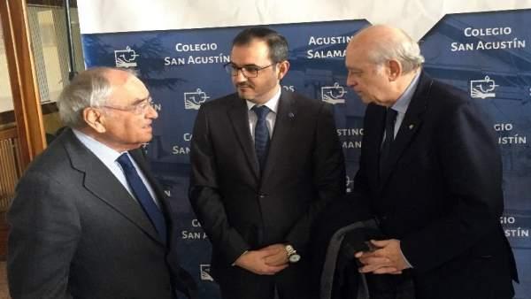 Fdez. Diez (D)habala con Martín Villa (I)  ante el director del colegio 11-1-19