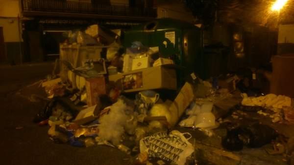 Estado de uno de los contenedores la madrugada del 9 de enero