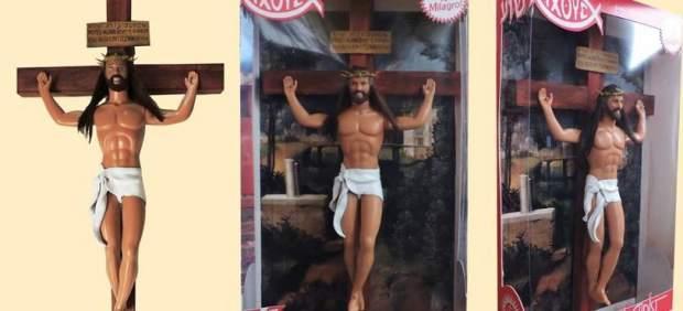 Grupos católicos piden retirar un muñeco Ken y un payaso de McDonald's crucificados de un Museo ...