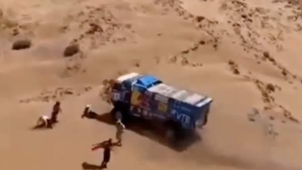 Un camión embiste a un espectador en el Dakar.