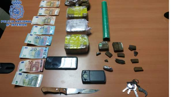 Droga, dinero y objetos intervenidos en el bar de Gijón.
