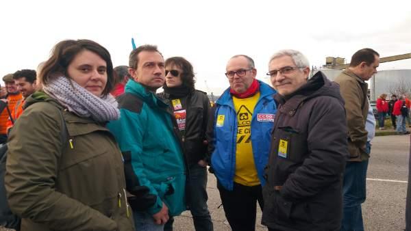 Gaspar Llamazares junto a otros participantes en la movilización de Alcoa.