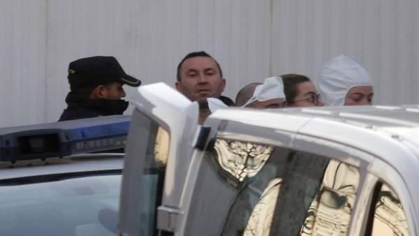 Imagen del detenido en su traslado este sábado a la vivienda familiar en Sárdoma