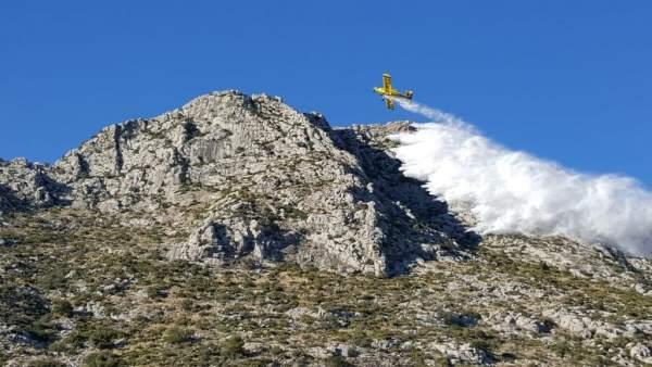 Avión extingue un incendio en una montaña de Beniarbeig, incendio, fuego, sierra