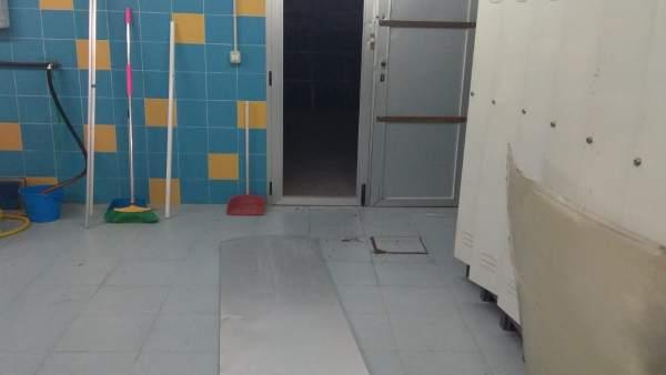 Una de las puertas reventadas en Las Fuentezuelas