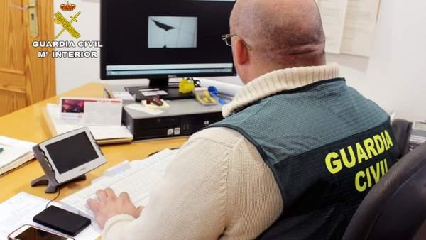 Agente Guardia Civil frente ordenador