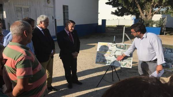 Antonio Sanz (PP) comprueba los planos de la futura rotonda de Casa Postas