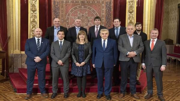 Ollo y el delegado en Bruselas junto al grupo del Comité de las Regiones