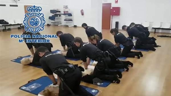 Agentes practican ejercicios cardio-respiratorios