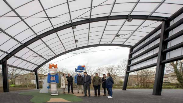 Mazón visita con la alcaldesa la nueva zona de ocio de Barros
