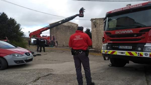 Policía Foral junto a la vivienda incendiada en Artaiz