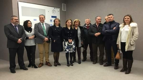 El alcalde de Cazorla (3i) en la visita al Hospital de Alta Resolución.