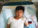 El joven Xiao Wang en su cama con su máquina de diálisis
